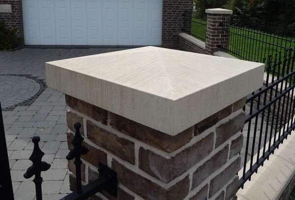 Pfeilerabdeckungen Spitzdach aus Beton