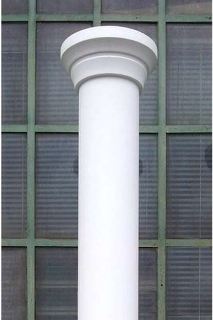 Säule für moderne Bauten mit modernem Säulenkapitell