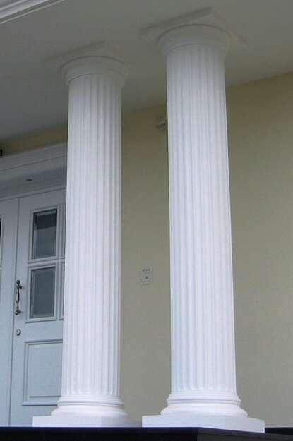Aufwendige Doppelsäulen mit Kanneluren (Rillen) im Hauseingangsbereich