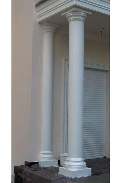 Freistehende Säule unter einem Balkon und Halbsäule an der Hauswand