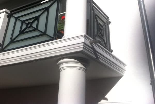 Hohes Betongesims GP 19-10, hier als Verzierung eines Balkones