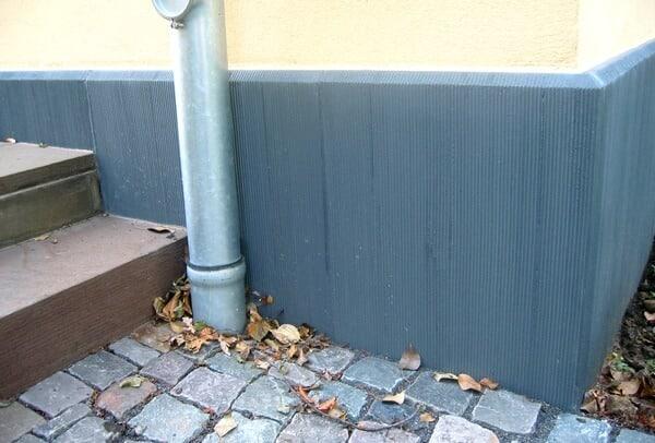 Scharrierte Sockelplatten